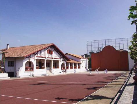 La mairie de Guéthary et son fronton